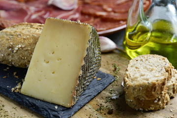 manchego cheese and spanish cold meats