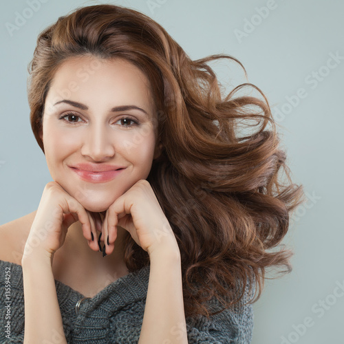 Pretty Woman Smiling Model With Curly Hair Imagens E Fotos De