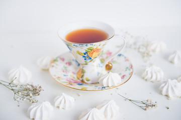 винтажная чашка чая и безе
