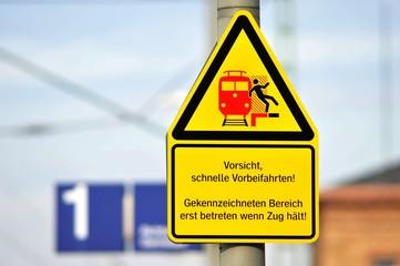 Zeichen Bahn-Vorsicht schnelle Vorbeifahrten - Gefahr