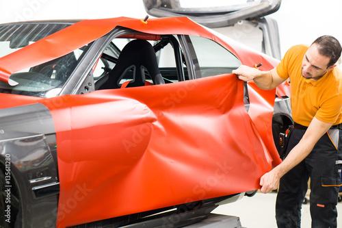 werbetechnik vollfolierung eines autos mit roter klebefolie stockfotos und lizenzfreie. Black Bedroom Furniture Sets. Home Design Ideas