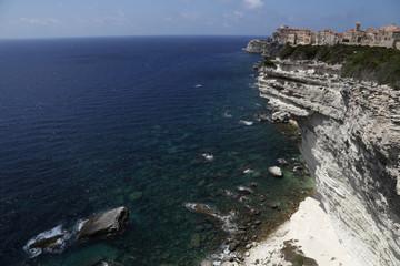 Bonifacio ist eine Hafenstadt an der südlichen Spitze der französischen Mittelmeerinsel Korsika