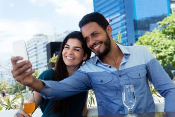 Romantisches Paar macht Selfie
