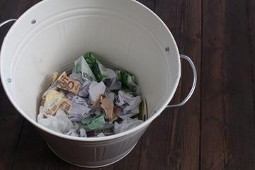 Geld im Müll