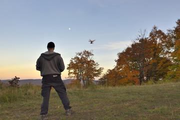 Pilote de drone récréatif en action