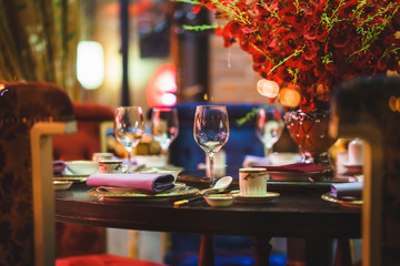 table for event with flower vases, towels and wine glasses