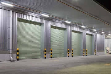 In de dag Industrial geb. Shutter door or roller door and concrete floor outside factory building use for industrial background.