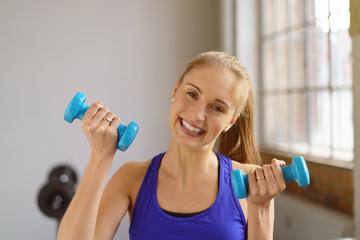 lachende frau trainiert im fitness-club
