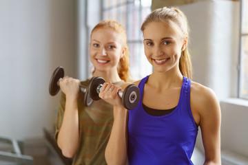 freundinnen trainieren zusammen im fitness-studio