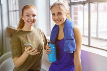 freundinnen machen eine pause beim fitnesstraining