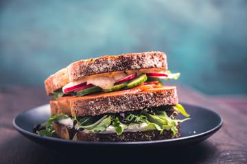 Sandwich mit Lachs und frischen Gemüse