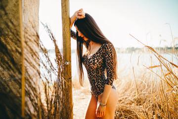 Chicas en body en lago