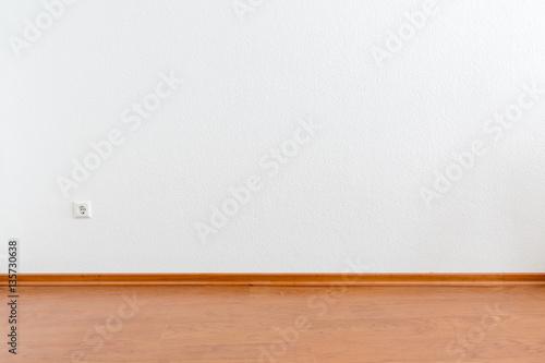 leerer raum mit wei er wand und braunem laminatboden stock photo and royalty free images on. Black Bedroom Furniture Sets. Home Design Ideas
