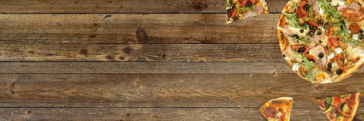 Pizza auf rustikalem Holztisch - Hintergrund / Banner
