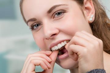 Mädchen setzt sich eine Zahnspange ein