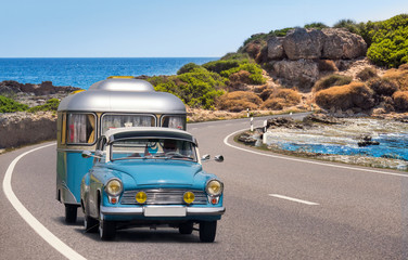 oldtimer mit wohnwagen, camping am meer, strand