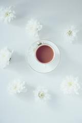 чашка какао на столе с цветами