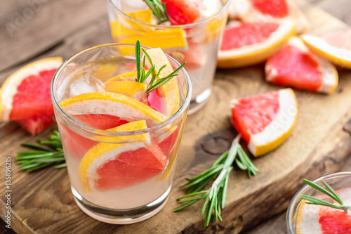 "Refreshing drink, grapefruit and rosemary cocktail"" Stockfotos und ..."