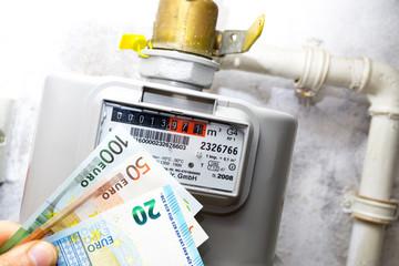 Gaszähler mit Geldscheinen / Messtechnik