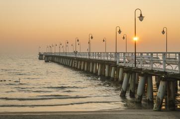 molo w gdyni orłowie w polsce rankiem zimową porą po wschodzie słońca