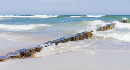 Fototapete - Ostseestrand mit Wellenbrecher