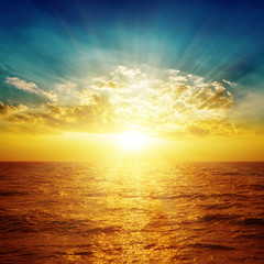 pomarańczowe morze w zachodzie słońca i chmury nad nim