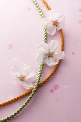 桜の花と組紐のイメージ