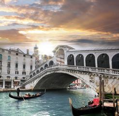 Wenecja, most Rialto i gondola na Canal Grande, Włochy