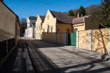 Straße mit älteren Häusern in Baden bei Wien