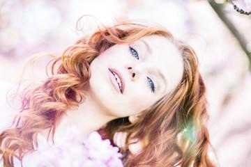 schöne Frau rothaarig mit Kirschblüten Blumenstrauß