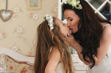 мама целует дочку