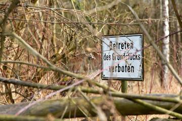 Betreten des Grundstücks verboten - Hinweisschild