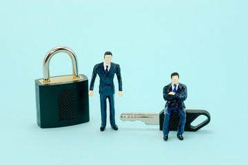 鍵とミニチュア人形 セキュリティーイメージ