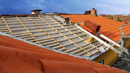 Ein Steildach wird neu eingedeckt