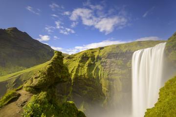 La famosa cascata di Skógafoss in estate