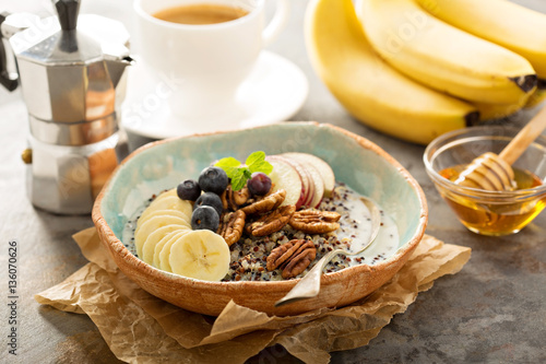 "Quinoa porridge with banana, blueberry and pecan nuts"" Stockfotos und ..."