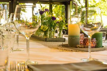 Dekorierter gedeckter Tisch im Restaurant