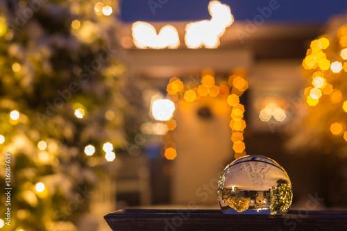 Weihnachtsbeleuchtung Außen Bogen.Weihnachtsbeleuchtung Am Haus Von Außen Im Schnee Stockfotos Und