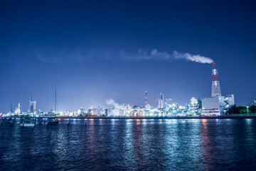 海から見たコンビナート群の夜景