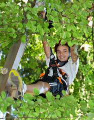 Junge, Kind im Kletterpark - Baum klettern