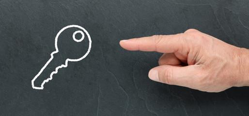 Montrer une clef dessiner à la craie sur une ardoise, solution, idée