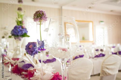 tischdekoration auf hochzeit in lila mit hortensien stok. Black Bedroom Furniture Sets. Home Design Ideas