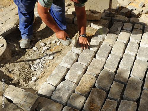 Empedrado de una calle con adoquines de granito stock for Adoquines de granito