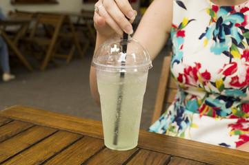 девушка пьёт мохито в жаркий летний день