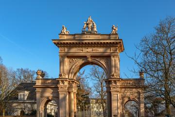 Italien in Berlin: Denkmalgeschützte Toranlage im Bürgerpark Pankow