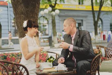 Милая пара обсуждает планы на медовый месяц