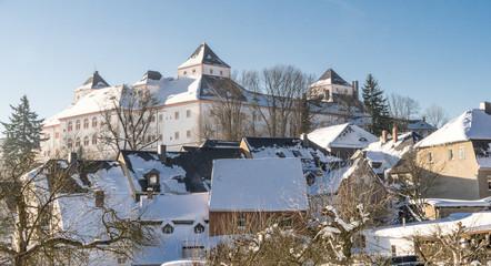 das Jagdschloss Augustusburg, im Winter bei weißem Schnee und blauem Himmel