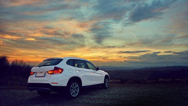 Paesaggio da sogno con auto di lusso