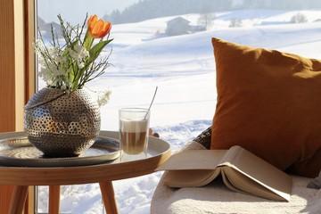 Sofa mit Buch und cafe