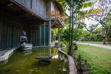 teich mit budda in hotel indonesien